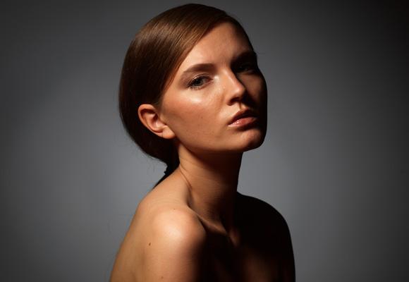 Студийный портрет жестким светом, световая схема, фото
